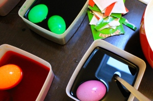 When the eggs are in the color bath, it's important to turn them from time to time so that they get colored evenly.