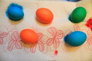 When the colors were intense enough we took them out and put them on kitchen paper for drying.
